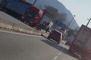 Na Kragujevskej v Žiline sa vzpriečil kamión.