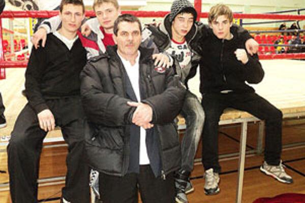 Zľava: Marek Michelik, Rado Mojžiš, Robo Rácz a Zsolt Osaďan. V strede tréner Karol Filka.