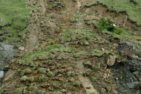 Niekoľko kilogramov zosúvajúcej sa pôdy v Lipovanoch preštudoval geológ.