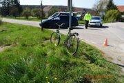 Chodec tlačil bicykel.