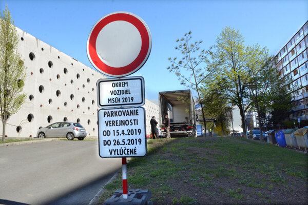 Zákazová značka na Jánošíkovej ulici.