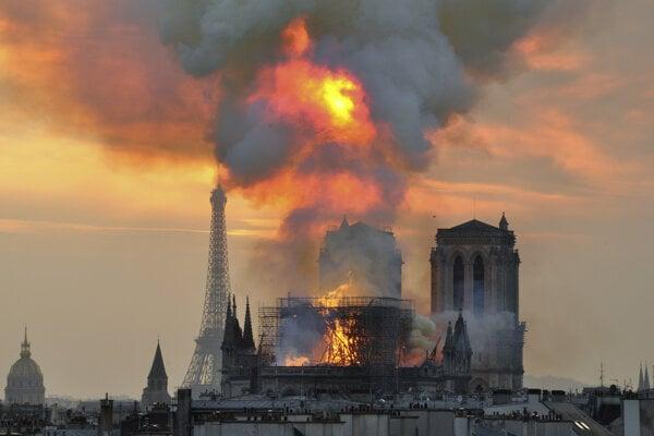 Plamene a dym z Katedrály Notre Dame.