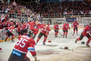 Radosť hokejistov Banskej Bystrice tesne po skončení duelu.