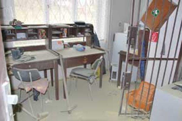Neznámi páchatelia sa v noci z utorka na stredu vlámali do budovy pošty v Málinci.