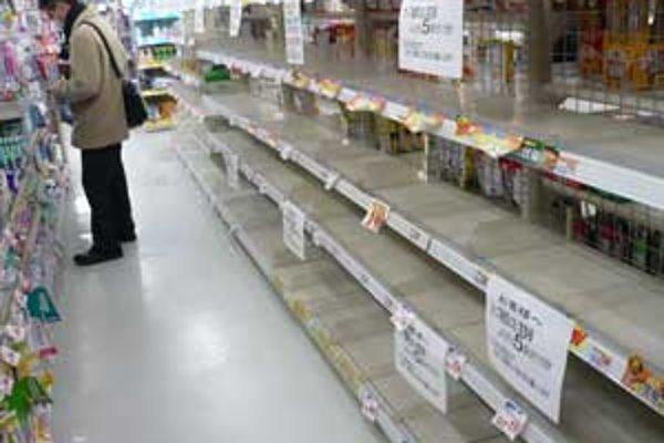 Už niekoľko hodín po hroznom zemetrasení ostali regále s potravinami v obchodoch prázdne.