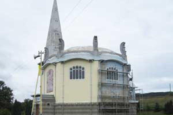 Kostolík v roku 2010 zmenil vzhľad. Už nie je modrý, ale žltý.