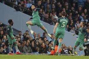 Hráč Tottenhamu Hotspur  Son Heung-Min oslavuje úvodný gól do bránky Manchesteru City v 2. zápase štvrťfinále Ligy majstrov  Manchester City - Tottenham Hotspur na štadióne v Manchesteri 17. apríla 2019.