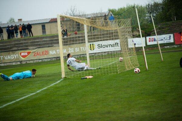 Lopta je v sieti. Vyrovnávajúci gól Komárňanov však neplatil.