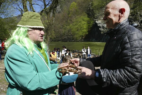 Pavol Albrecht z Prvej pltníckej a raftingovej spoločnosti Strečno a miestny vodník Jurko počas odomykania Váhu v Strečne.