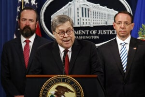 Americký minister spravodlivosti William Barr (uprostred) počas zverejnenia zredigovanej verzie záverečnej správy osobitného vyšetrovateľa Roberta Muellera.