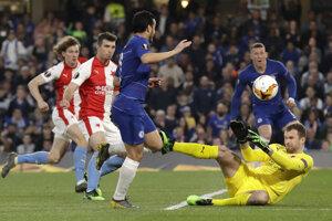 Pedro strieľa gól v zápase Chelsea Londýn - Slavia Praha.