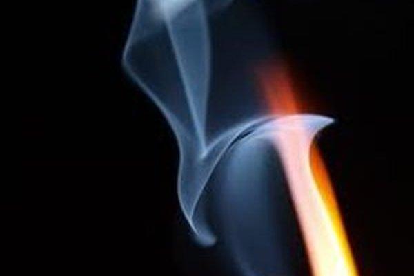 Oheň chlapcovi spôsobil popáleniny na čele, hornom ľavom viečku, ľavom uchu a temene hlavy.