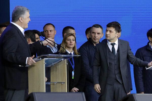 Ukrajinskí prezidentskí kandidáti odštartovali debatu osobnými útokmi