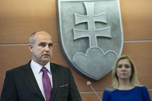 Prezident policajného zboru generál Milan Lučanský a vpravo ministerka vnútra Denisa Saková.