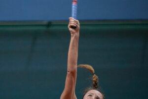 Na snímke slovenská tenistka Viktória Kužmová podáva v zápase proti Beatriz Haddadovej Maiovej z Brazílie počas druhej dvojhry baráže o účasť v II. svetovej skupine Pohára federácie Slovensko – Brazília 20. apríla 2019 v Bratislave.