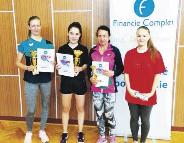 Ženy, juniorky a žiačky: zľava Adelka Kramárová, Lenka Lackovičová, Ema Danišová a Natália Hrušková.