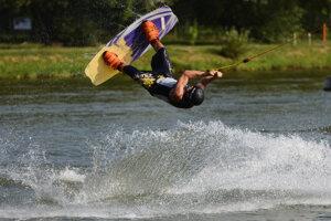 Sídlisko nad Jazerom je centrom vodných športov, k dispozícii majú vodný vlek.