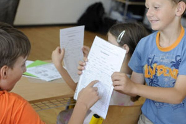 Školákom vo štvrtok odovzdali koncoročné vysvedčenia.