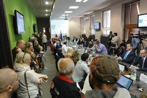 Na zasadnutie zastupiteľstva prišlo mimoriadne veľa obyvateľov.