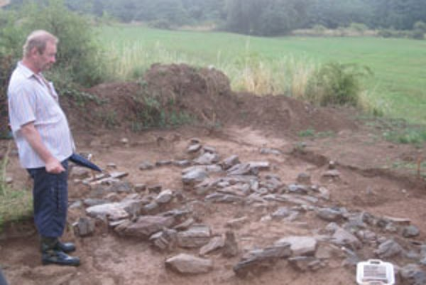 František Radinger ukazuje hroby, ktoré sú v presných líniách mriežky.