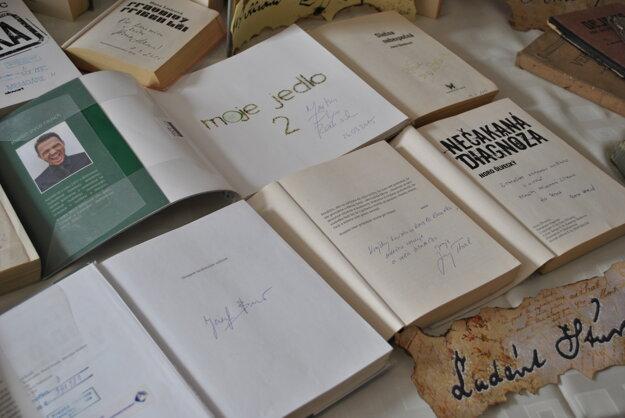 Knihy s podpismi autorov.