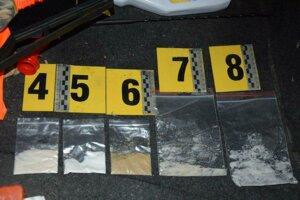 Po prehliadke auta našli policajti ďalšie balíčky s drogami.