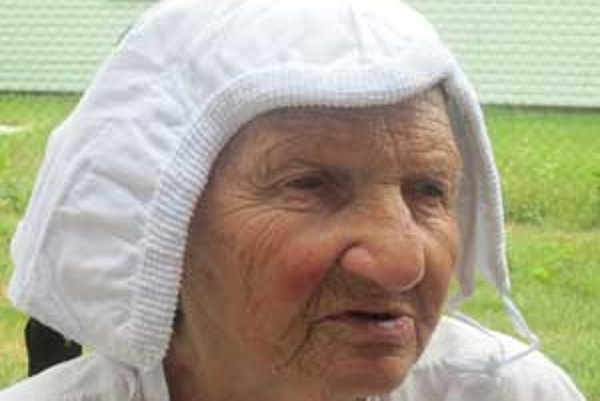 Starká Mária počas svojho života ušila desiatky čepcov.