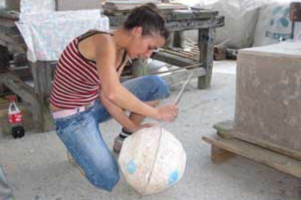 Mladá keramička Lucia Fabiánová z Bratislavy, jedna z účastníčok vlaňajšieho sympózia.