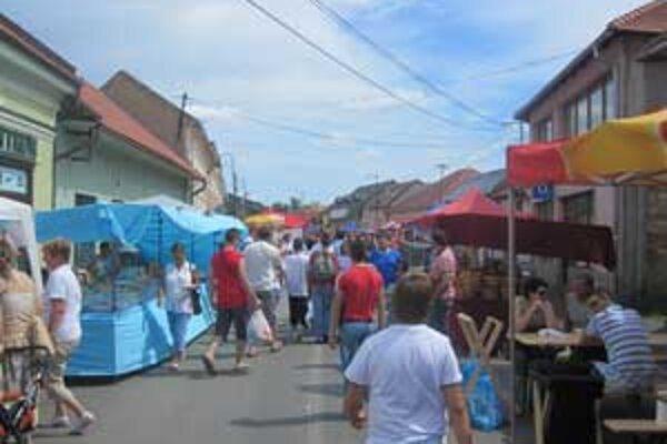 Súčasťou osláv sú aj ukážky dobových remesiel a tradičný fiľakovský jarmok.