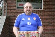 Kartón piva Corgoň si odniesol Jaroslav Lazor z Bábu. Ako správny fanúšik prišiel v tričku ŠK Báb.