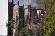 Hasiči hasia požiar ubytovne na Mlynských luhoch.