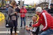 Vytrvalostný bežec Gabriel Švajda požiadal po maratóne vLipsku svoju priateľku Janku oruku.