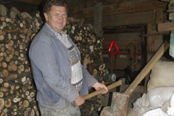 Pavel Samaš je na zimu pripravený. Drevo si nachystal v predstihu.
