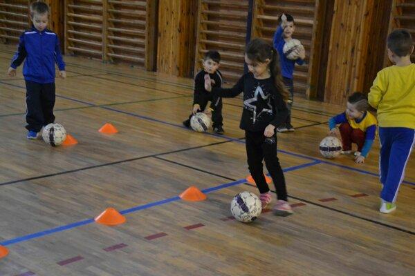 Medzi najmenšími futbalistami nechýbajú ani dievčatá.