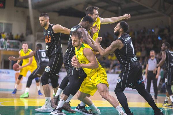 Basketbalistom Levíc sa po zlepšenom výkone podarilo doma zdolať Prievidzu auž vstredu budú môcť odkliať prievidzskú palubovku.