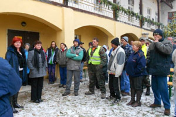Pracovníčky mestského úradu rozdávali kapustnicu terénnym aktivačným pracovníkom.