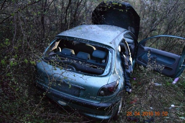 Auto skončilo v rokline pod cestou.