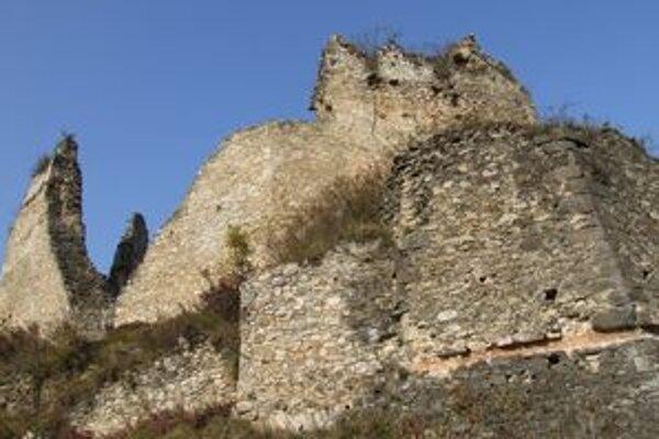 Hrad je zastávkou dvoch náučných chodníkov v obci Divín, avšak pre turistov je jeho návšteva v súčasnosti riskantná.
