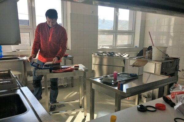 Odborníci už nainštalovali aj nové zariadenie kuchyne.