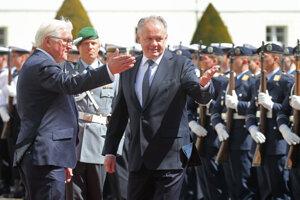 Nemecký prezident Frank-Walter Steinmeier a slovenský prezident Andrej Kiska počas uvítacieho ceremoniálu 30. apríla 2019 v Berlíne.