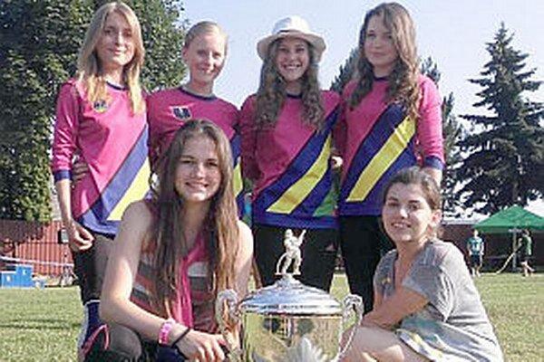 Mikušovčanky s trofejou a putovným pohárom.