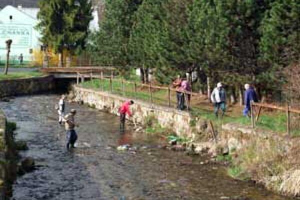 Čistenie Zdychavky zorganizovali pracovníci Národného parku Muránska planina a samospráva Revúcej.