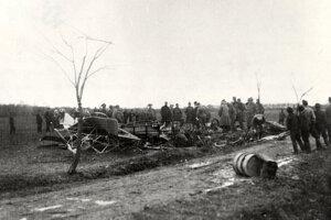 Pohľad na trosky a prvých svedkov havárie lietadla M. R. Štefánika.