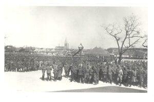 Vojaci a legionári vzdávajúci poctu M. R. Štefánikovi pred posádkovou nemocnicou v Bratislave.