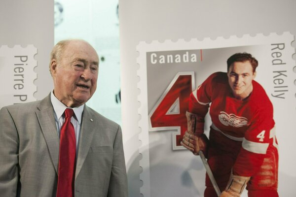 Na archívnej snímke z 1. februára 2019 bývalý hokejista Detroitu Red Wings Red Kelly stojí vedľa svojej kanadskej známky v Toronte. Bývalý kanadský hokejista Red Kelly zomrel vo štvrtok 2. mája 2019 vo veku 91 rokov.