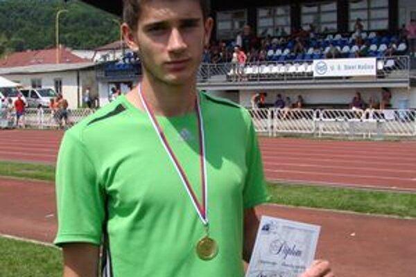 Počas tohtoročnej halovej a letnej sezóny si atléti MAC Redox Lučenec vybojovali 12 majstrovských titulov. Deväť z nich získal Tomáš Veszelka.