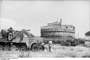 1944: Nemecké protilietadlové obranné vozidlá v blízkostí Anjelskeho hradu (Castel Sant'Angelo).