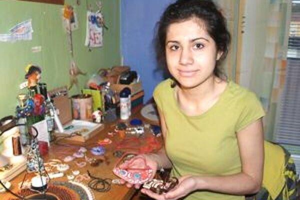 Emese má talent na výrobu šperkov.