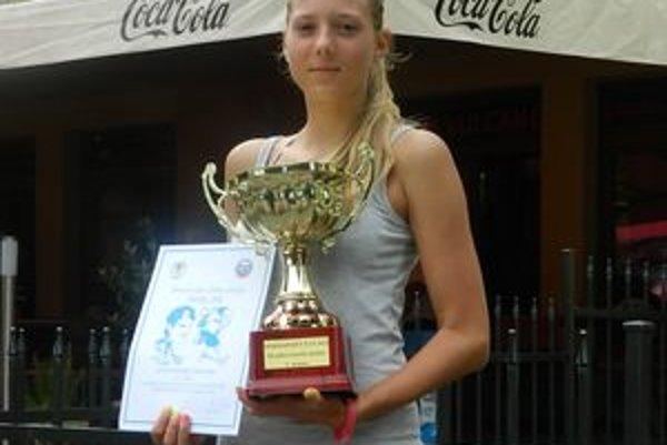 Ľubomíra Grossertová s víťazným pohárom.