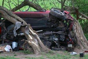 Dvojicu pri náraze z auta vymrštilo.
